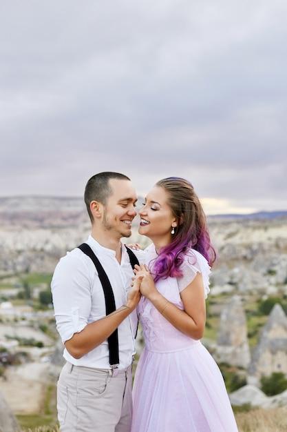 Verliefde paar knuffelen in de ochtend in de natuur. relatie en liefde voor mannen en vrouwen Premium Foto