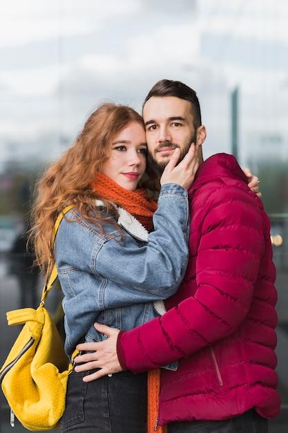 Verliefde paar omhelzen elkaar Gratis Foto