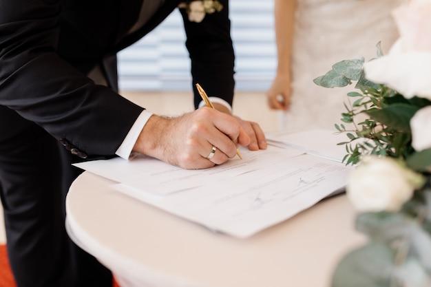 Verliefde paar ondertekent officiële huwelijksdocumenten Gratis Foto