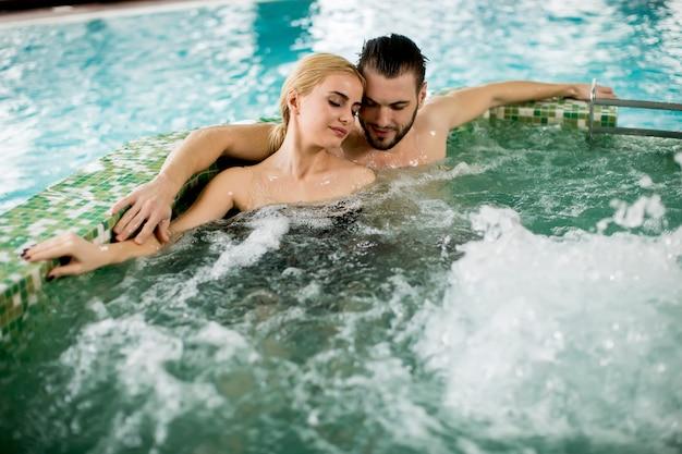 Verliefde paar ontspannen in de hot tub Premium Foto