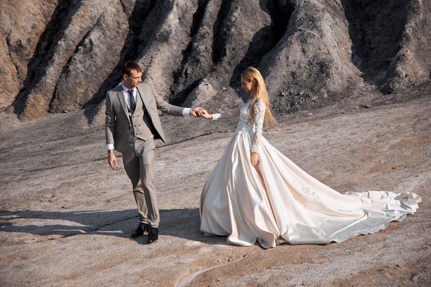 Verliefde paar op fantastisch landschap, bruiloft in de natuur, liefde kus en knuffel Premium Foto