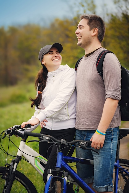 Verliefde paar rijden door fietsen Premium Foto