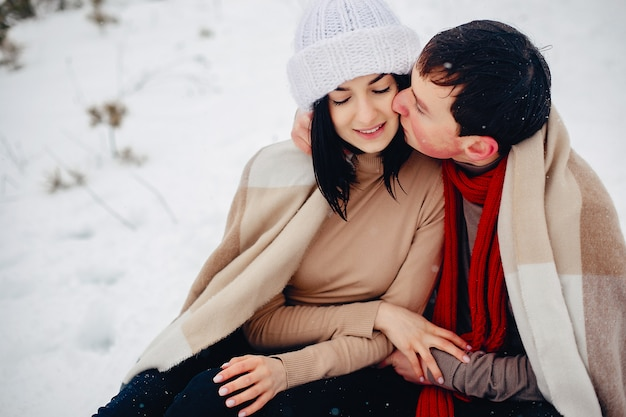 Verliefde paar wandelen in een winter park Gratis Foto