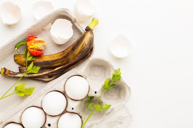 Verlopen eieren en oude bananenschil Gratis Foto