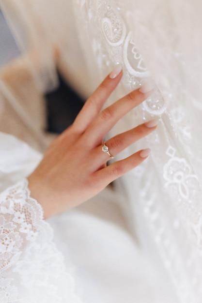 Verlovingsring met een steen op de hand van de zachte bruid Premium Foto