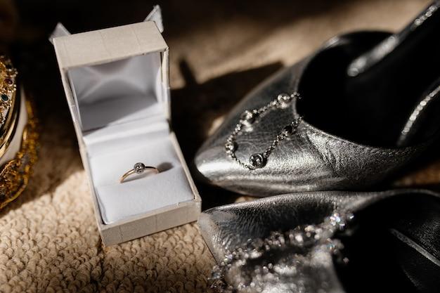 Verlovingsring zit in een kleine doos Gratis Foto