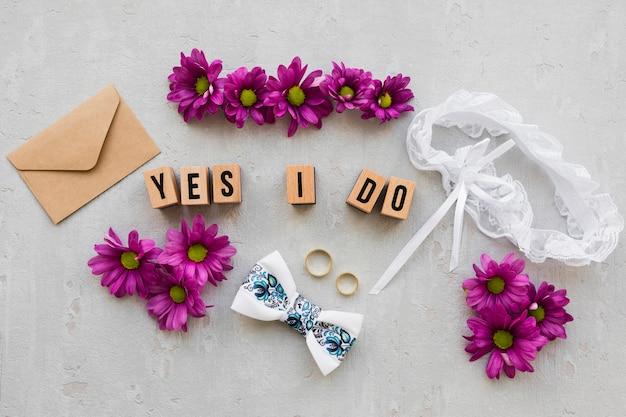 Verlovingsringen met bloemen Gratis Foto