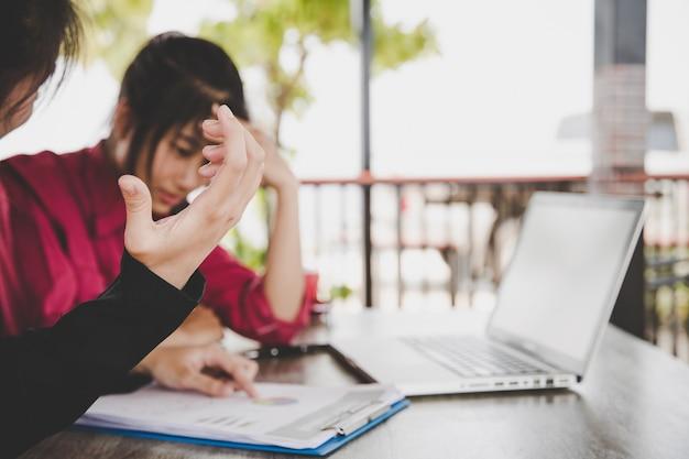Vermoeide, gefrustreerde zakenmensen die gestresst zijn, een probleem met een zakelijk probleem of een faillissement van een bedrijf Gratis Foto