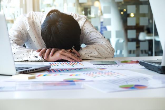 Vermoeide overwerkte zakenman slapen Gratis Foto