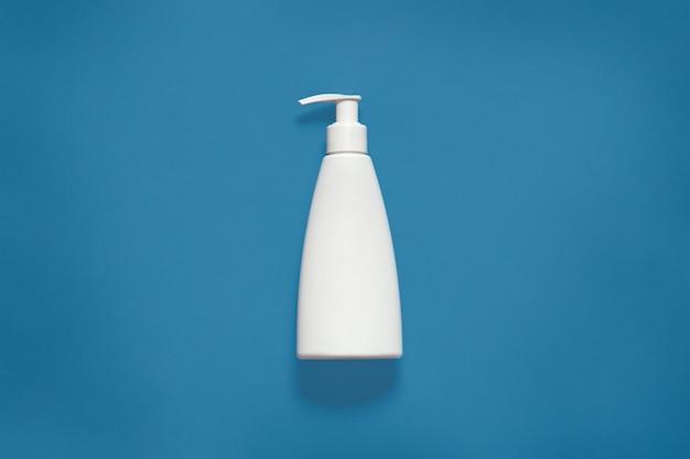 Verpakken met vloeibare zeep isoaltedon blauwe studio, cosmetische witte lege plastic fles met uitknippad, vooraanzicht van cosmetische container met kopie ruimte voor reclame. mock up. Gratis Foto