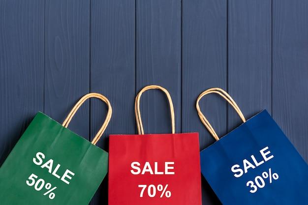 Verpakkingszakken 30%, 70%, 50% op donkergrijs Premium Foto