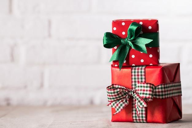 Verpakt cadeaus op een witte achtergrond Gratis Foto