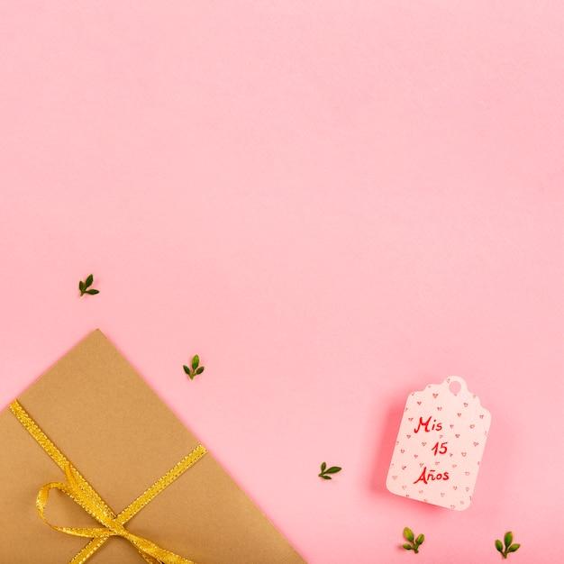 Verpakte geschenken op roze achtergrond met kopie ruimte Gratis Foto