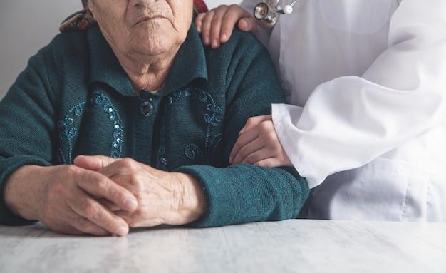 Verpleegkundige en oudere vrouw patiënt. gezondheidszorg en ouderenzorg Premium Foto
