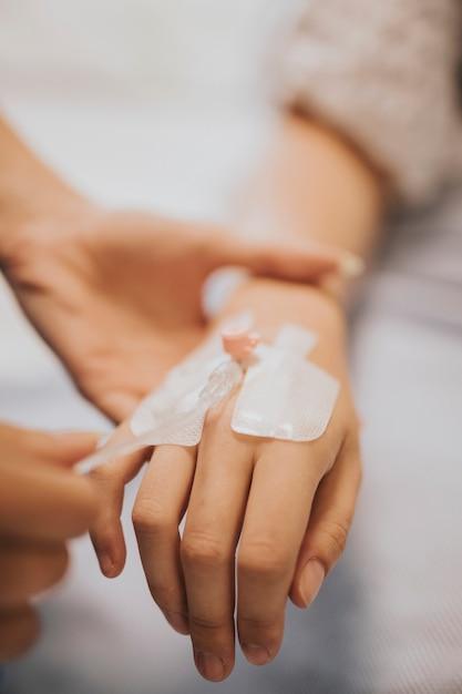 Verpleegster die een iv infuus met een patiënt toepast Gratis Foto