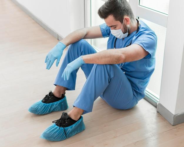 Verpleger moe na lange dienst in het ziekenhuis Gratis Foto