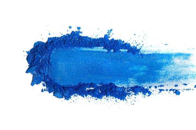 Verpletterde blauwe oogschaduw die op witte achtergrond wordt geïsoleerd. Premium Foto