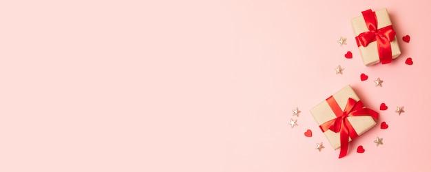 Verrassingsgeschenkdozen met rode striklinten Premium Foto