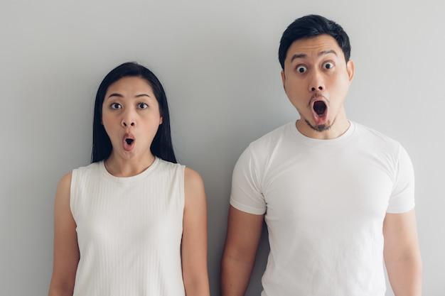 Verrast en geschokt paar geliefde in wit t-shirt Premium Foto