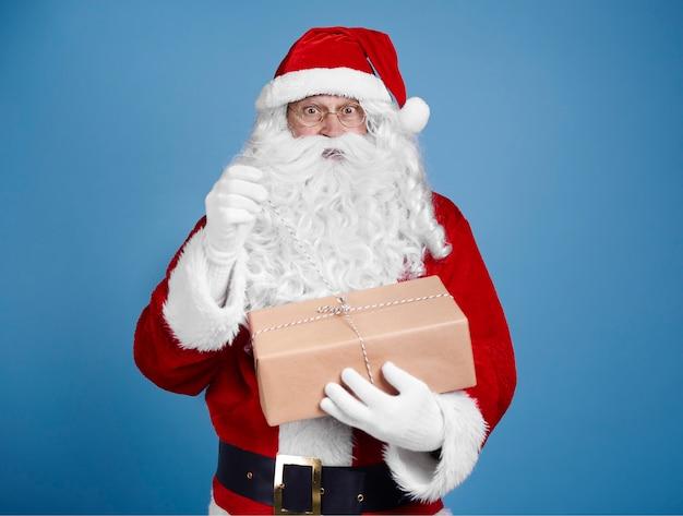 Verrast kerstman openingsgeschenk Gratis Foto