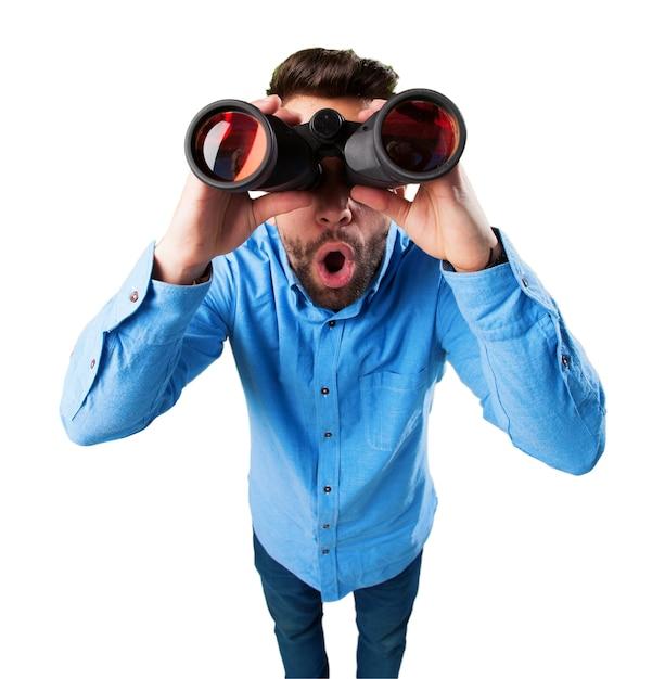 Verrast man met een verrekijker Gratis Foto
