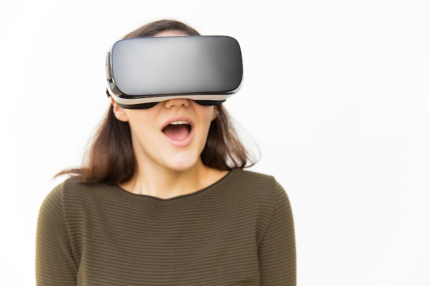Verrast opgewonden vrouw in vr-headset schreeuwen Gratis Foto
