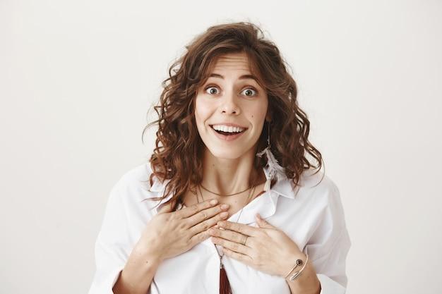 Verraste blije vrouwen ontvangen goed nieuws en zien er dankbaar en tevreden uit Gratis Foto