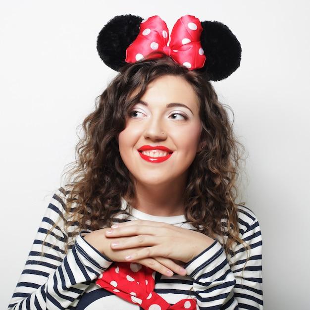 Verraste jonge vrouw met muisoren Premium Foto