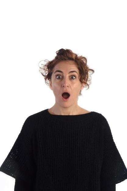 Verraste vrouw met witte achtergrond Premium Foto
