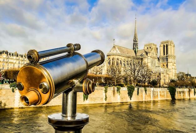 Verrekijker kijkt uit over een gebouw in parijs, frankrijk Gratis Foto