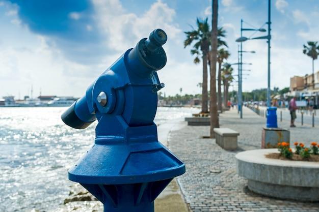 Verrekijker voor toeristen aan de waterkant, horizontaal frame Premium Foto