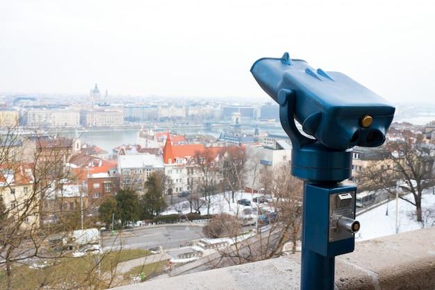Verrekijkers voor toeristen om de stad te verkennen Premium Foto