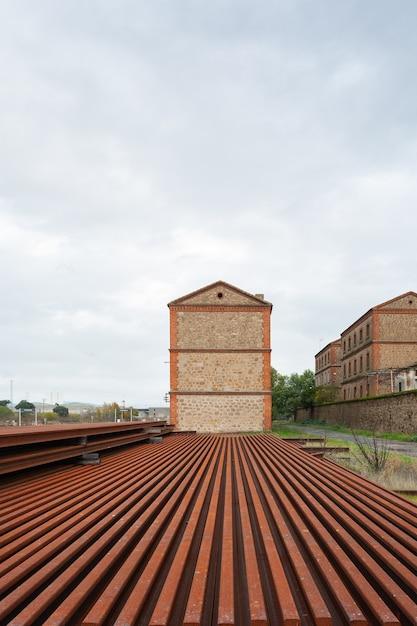 Verroeste ijzeren treinrails en balken op het treinstation monfrague palazuelo empalme in malpartida de plasencia Premium Foto