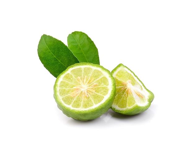 Vers bergamotfruit met geïsoleerd blad. Premium Foto