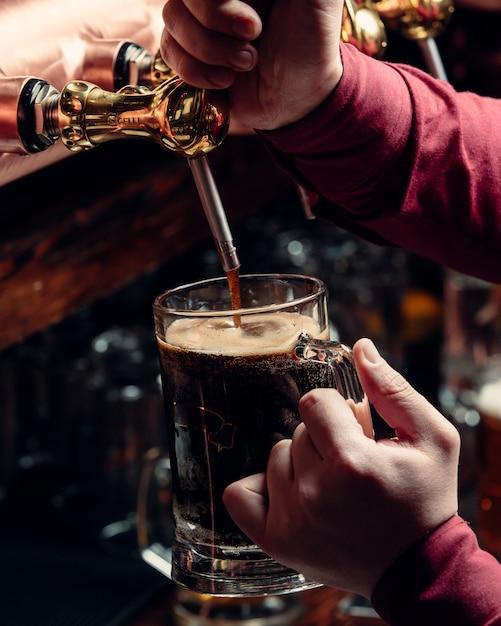 Vers bier gieten Gratis Foto