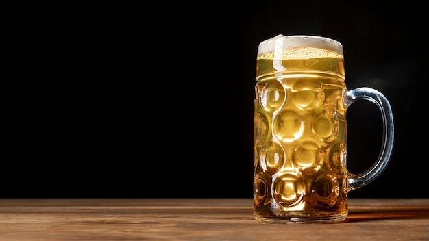Vers bier op een tafel met kopie ruimte Gratis Foto