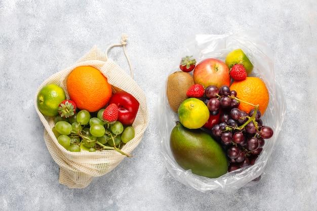 Vers biologisch geassorteerde fruit en bessen Gratis Foto
