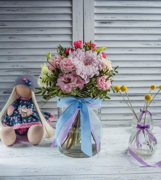 Vers bloemboeket op de tafel Gratis Foto