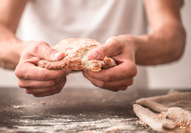 Vers brood in handenclose-up Gratis Foto