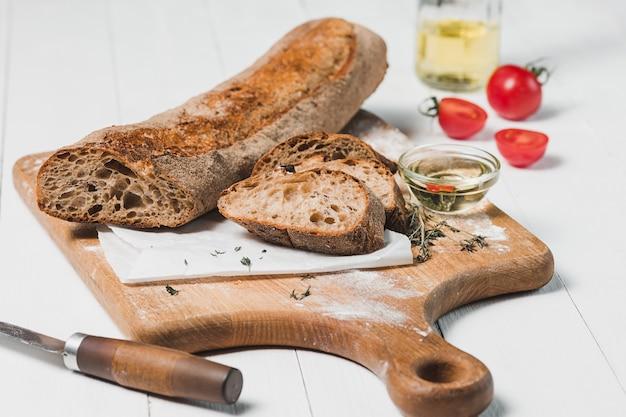 Vers brood met mes op snijplank Gratis Foto