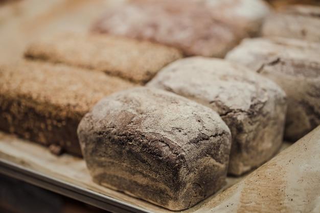 Vers brood op het aanrecht in de winkel Gratis Foto