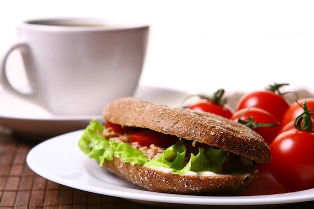 Vers broodje met verse groenten en koffie Gratis Foto