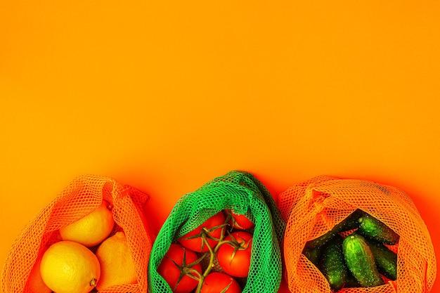 Vers fruit en groenten in herbruikbare mesh-tassen van textiel, milieuvriendelijk winkelen, zero waste-concept. Premium Foto