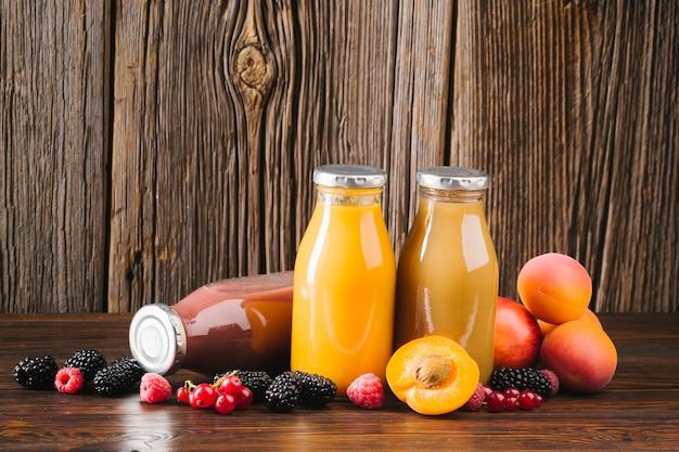 Vers fruit smoothies op houten achtergrond Gratis Foto