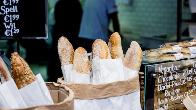 Vers gebakken baguettes in de bakkerswinkel Gratis Foto