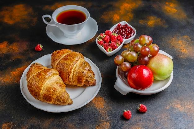 Vers gebakken croissants met frambozenjam en frambozenfruit Gratis Foto
