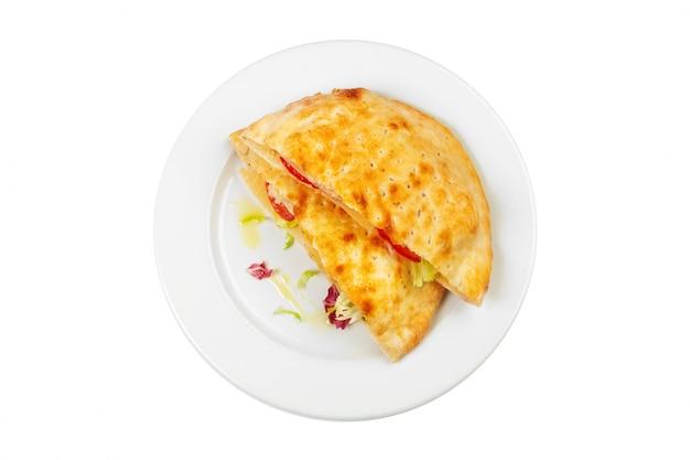 Vers gebakken omelet op een witte plaat geïsoleerd op wit Premium Foto