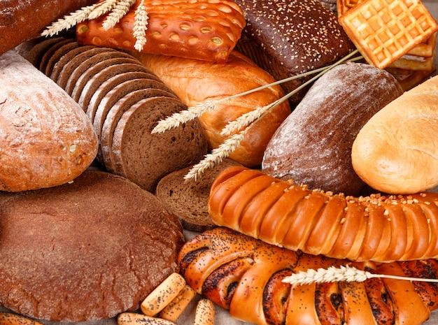 Vers gebakken rogge en tarwebrood op de tafel Premium Foto