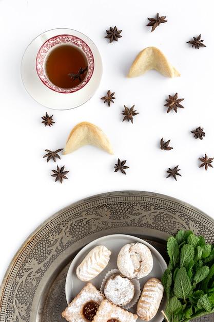 Vers gebakken traditioneel gebak met thee en munt Premium Foto