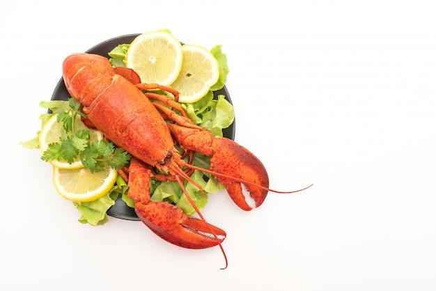 Vers gekookte kreeft met groente en citroen Premium Foto